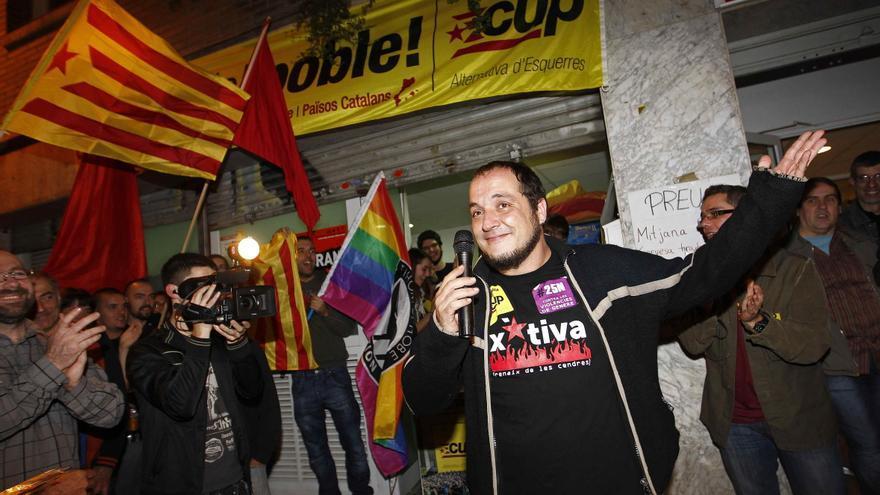 El candidat de la CUP, David Fernàndez, davant del casal Jaume Comte
