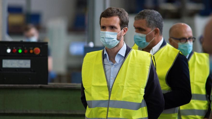 El presidente del Partido Popular, Pablo Casado, durante su visita a la empresa Transportes Aníbal Blanco en Ourense.