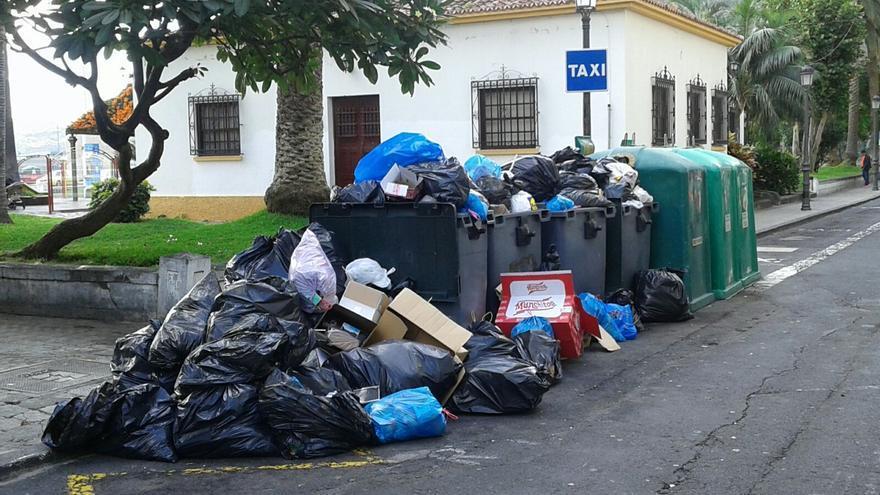 En la imagen, contenedores desbordados de basura en la capital.
