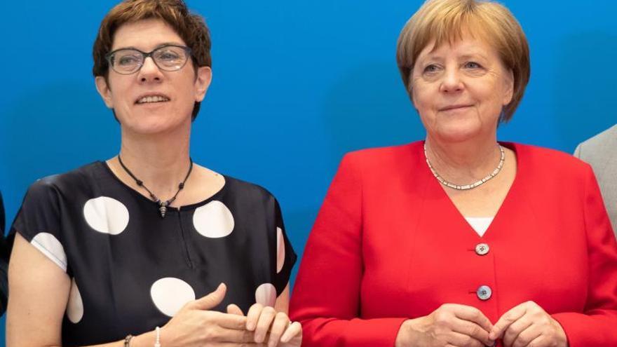 La canciller alemana, Angela Merkel, y la presidenta de la CDU, Annegret Kramp-Karrenbauer.