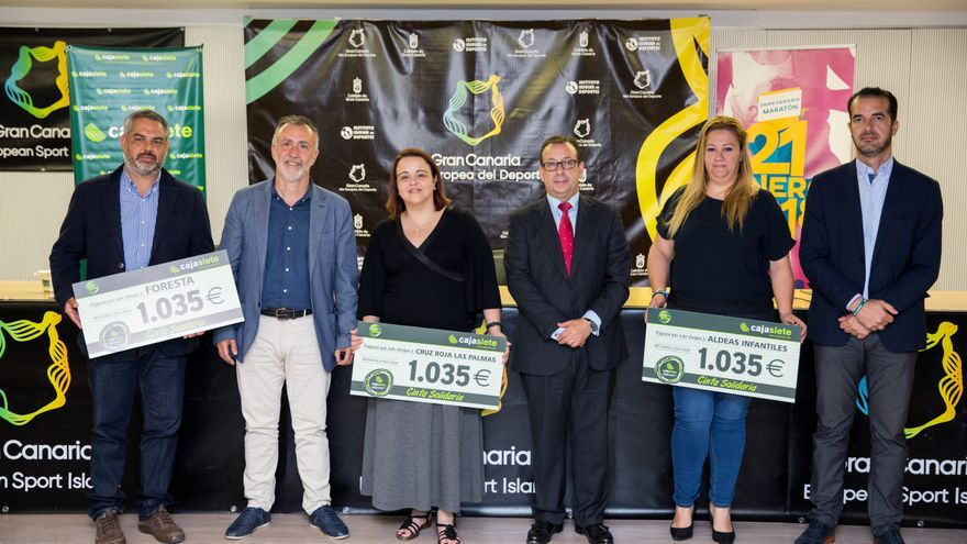 Entrega de los organizadores de la Gran Canaria Maratón del cheque solidario por valor de 1.043 euros a las ONG Aldeas Infantiles, Foresta y Cruz Roja Las Palmas.
