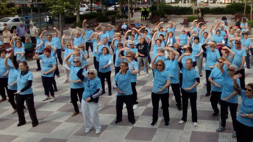 Un grupo de personas mayores asiste a una clase al aire libre en Chamberí   AYUNTAMIENTO DE MADRID