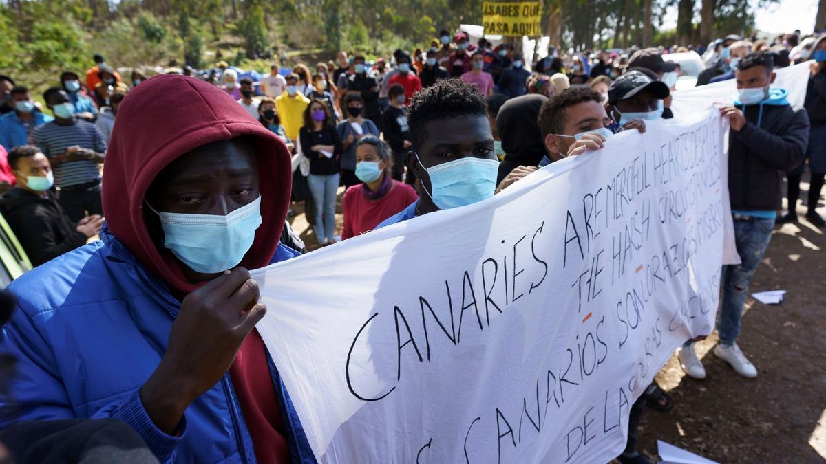 Protesta frente al campamento de Las Raíces, Tenerife, contra el bloqueo de migrantes en Canarias