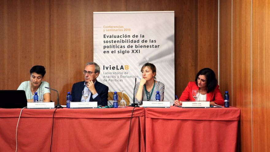 De izquierda a derecha, Sara de la Rica, Francisco Pérez, Rosa M. Urbanos y Sandra León