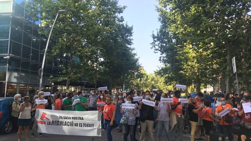 Protesta frente a la sede del PSC