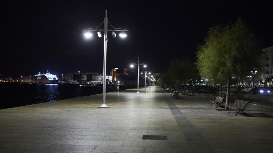 El paseo marítimo de Santander durante el horario de toque de queda.