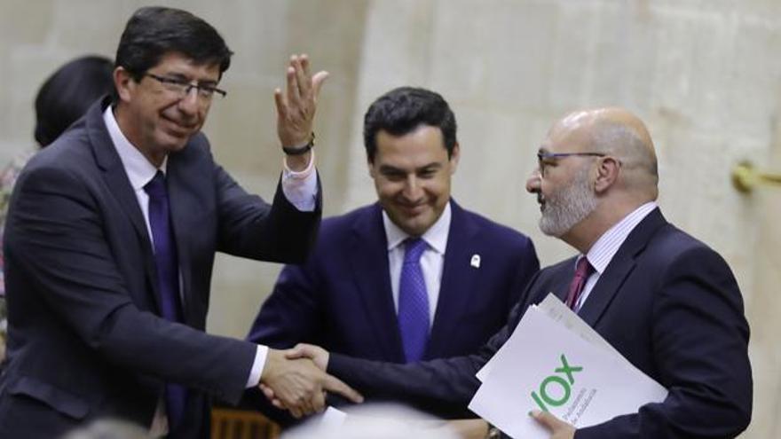 Juan Marín (Ciudadanos), Juanma Moreno (PP) y Alejandro Hernández (Vox), en el Parlamento andaluz.