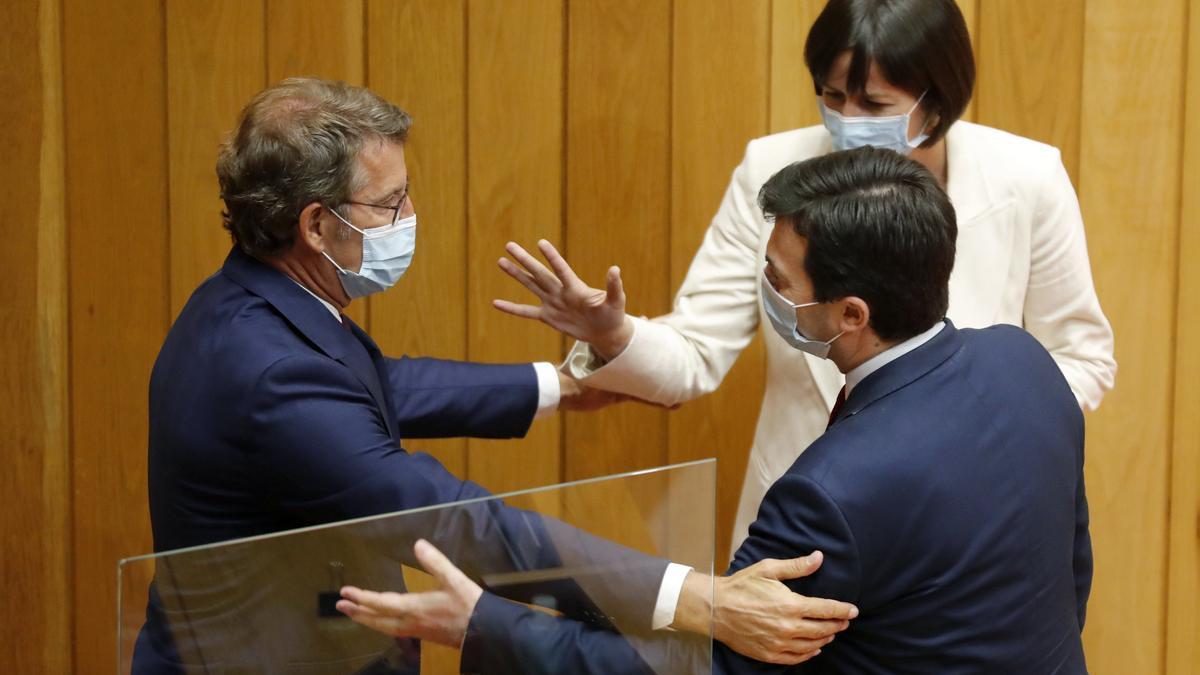 El presidente de la Xunta, Alberto Núñez Feijóo (i), es felicitado por los portavoces de la oposición, Gonzalo Caballero (PSOE) y Ana Pontón (BNG), al ser proclamado presidente, en septiembre de 2020.