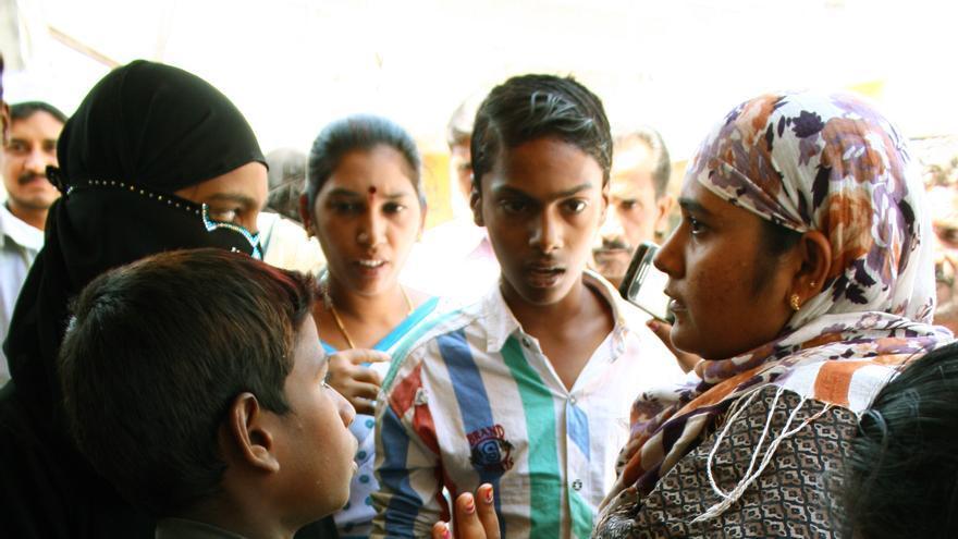 En la izquierda, Bashirunisa, trabajadora del gobierno, explica a los menores sus derechos. En la derecha, varios hombres sacan de la mezquita a un menor que se había escondido en ella, ante la imposibilidad de las mujeres de entrar en ella/ R. Ovalle