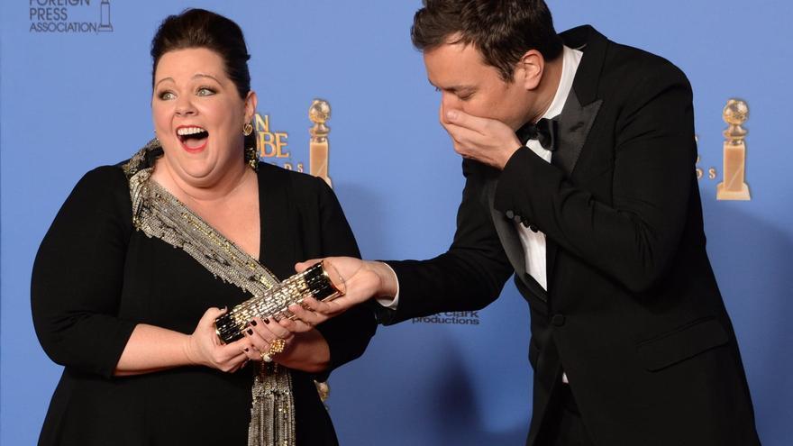 Jimmy Fallon y Melissa McCarthy bromean durante una ceremonia de los Globos de Oro