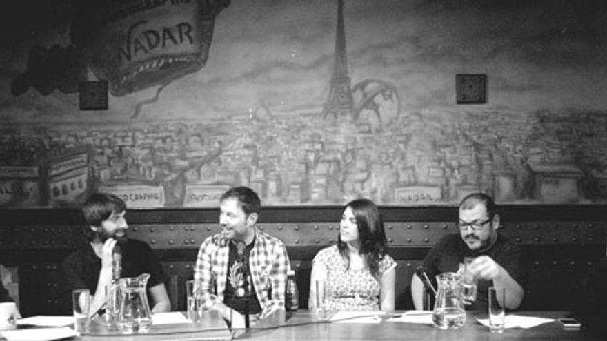 Iñaki Urrutia rodeado de presentadores y panelistas durante la grabación de 'Lo de las noticias'