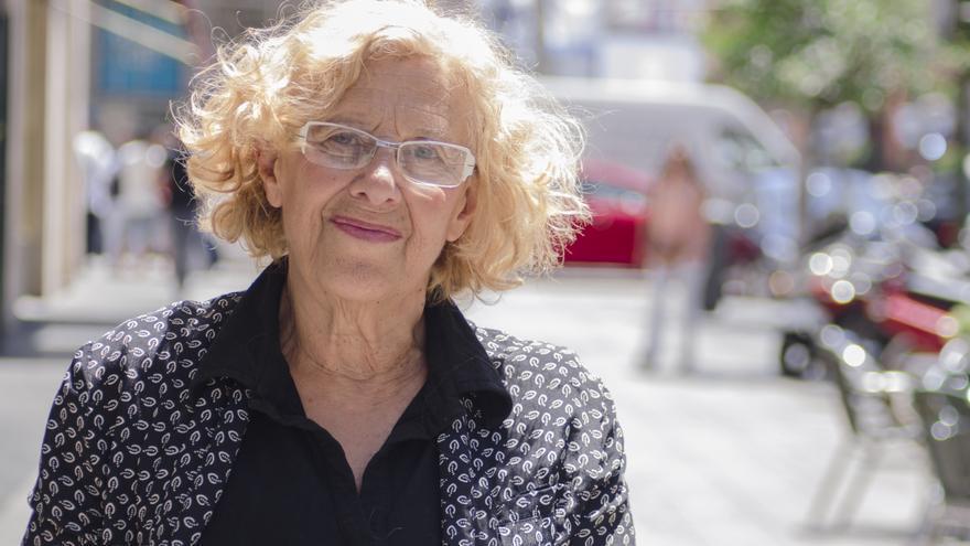 Manuela Carmena, en la Gran Vía de Madrid. / Alejandro Navarro