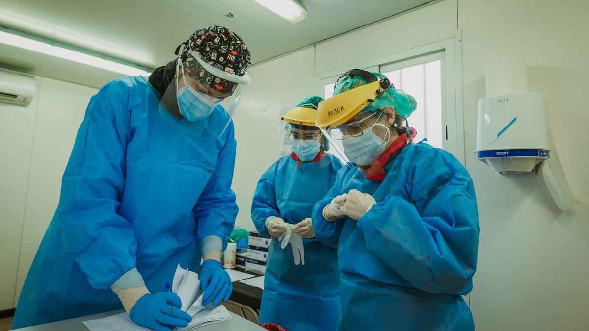 Tres enfermeras en un cribado COVID (imagen de archivo)