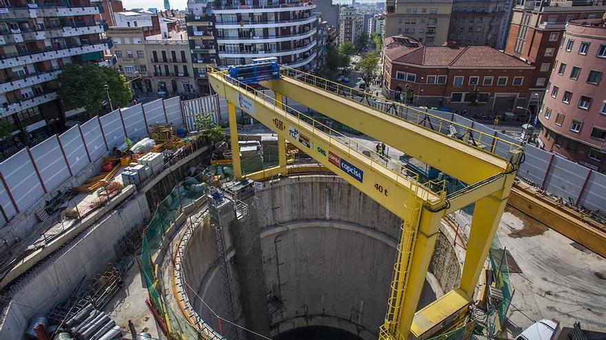 La plaza Sanllehy, en el barrio de Horta de Barcelona, es desde hace 8 años un pozo inmenso debido a la construcción de la L9 de metro. /CARMEN SECANELLA