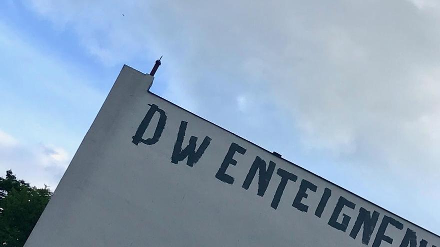 """Pintada en la que se puede leer DW - Enteignen o """"Expropiar a Deutsche Wohnen"""", de la iniciativa sobre la expropiación a grandes propietarios en Berlín."""