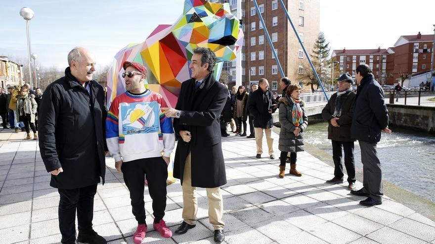 Okuda inaugura en Reinosa su escultura 'Oso', la más grande que ha realizado de un animal