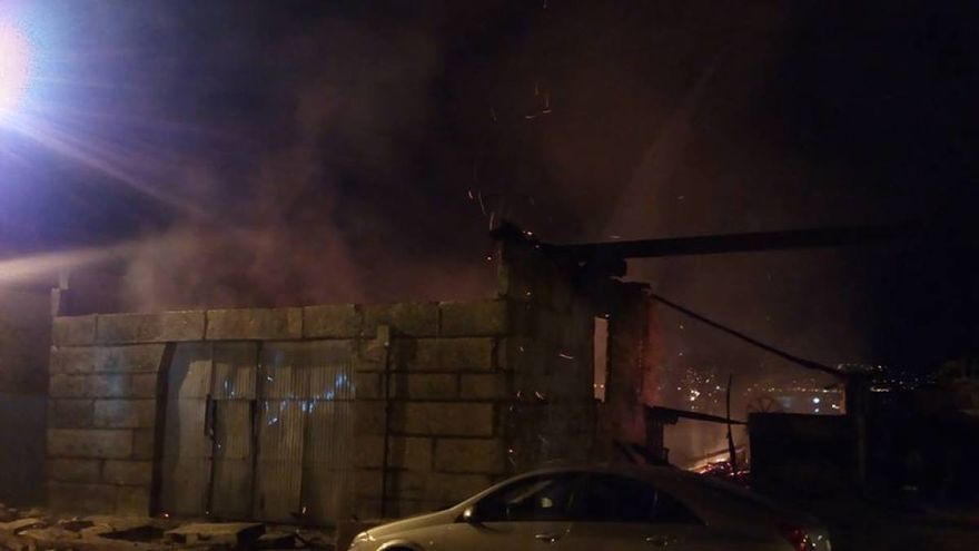 Un momento del incendio del astillero Casqueiro