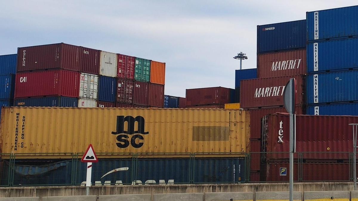 Imagen de archivo de contenedores en un puerto, donde se ve el loco de MSC Mediterranean Shipping Company .