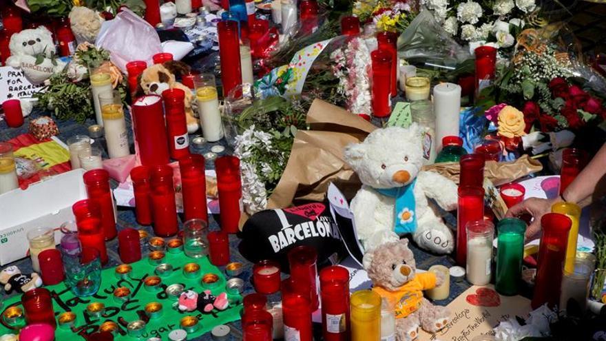 Los homenajes ciudadanos a las víctimas proliferan por toda La Rambla