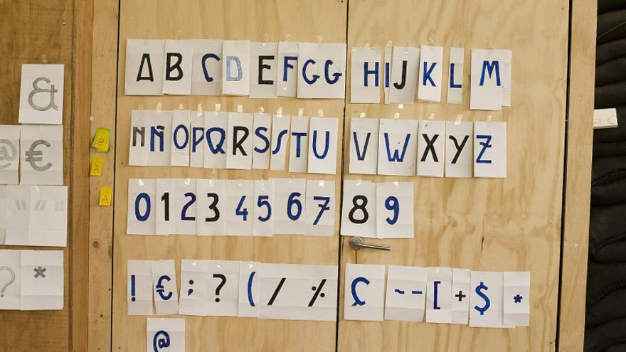 Esbozos de la tipografía Serrería Extravagante del primer día de taller