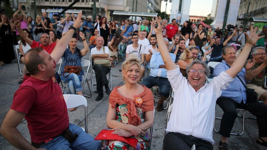 Los primeros partidarios de Syriza que se reunieron en la plaza Klafthmonos de Atenas celebran los datos del escrutinio. Kay Nietfeld/dpa