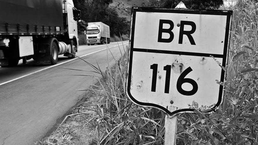 La carretera BR116 que recorre Brasil desde el norte de Uruguay a los pobres estados del Noreste.\ ONG Meninadança