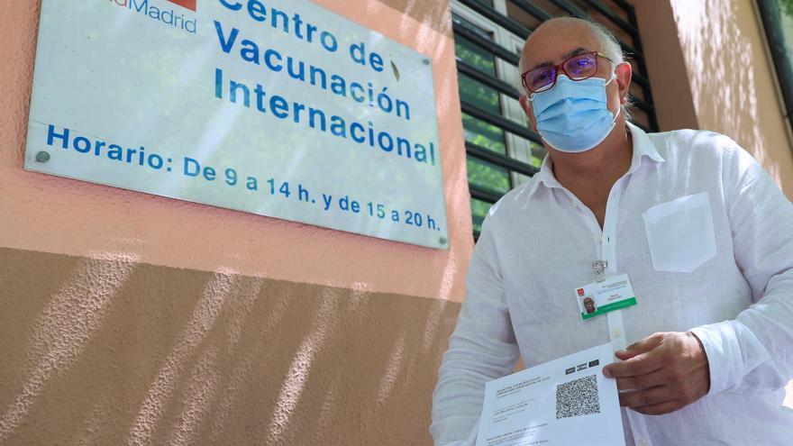 Un hombre muestra su certificado COVID en un centro de vacunación de la Comunidad de Madrid.