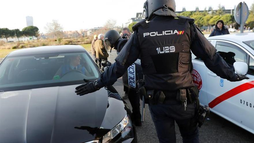 Un policía, entre un taxi y una VTC