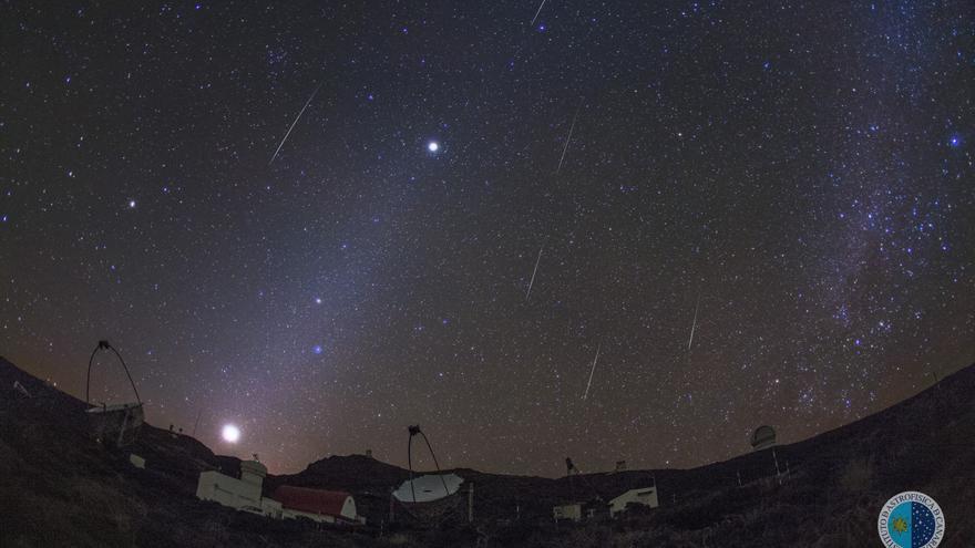 Meteoros gemínidas sobre los telescopios MAGIC, en el Observatorio del Roque de Los Muchachos, el 13 de diciembre de 2015. También son visibles los planetas Venus, Marte y Júpiter y la luz zodiacal. Crédito: J.C. Casado, IAC.