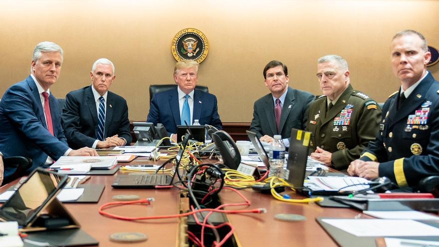 El presidente de EEUU, Donald Trump, junto a miembros de su gobierno y del ejército estadounidense en la sala donde siguió la operación militar contra el líder del Estado Islámico, al Baghdadi