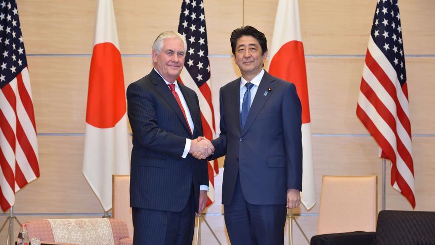 El secretario de Estado Rex Tillerson visita al primer ministro japonés, Shinzo Abe, en la primera parada de su viaje a la región.