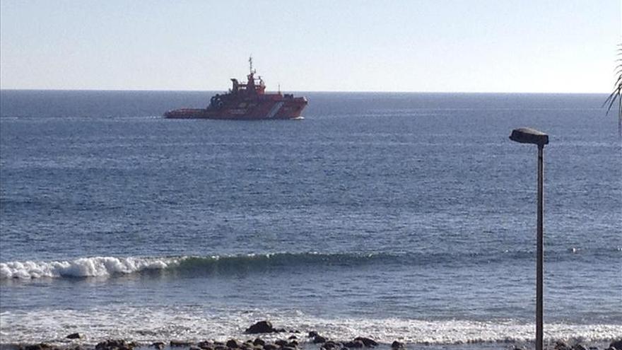 El buque Luz de Mar reanuda las labores de recogida del vertido