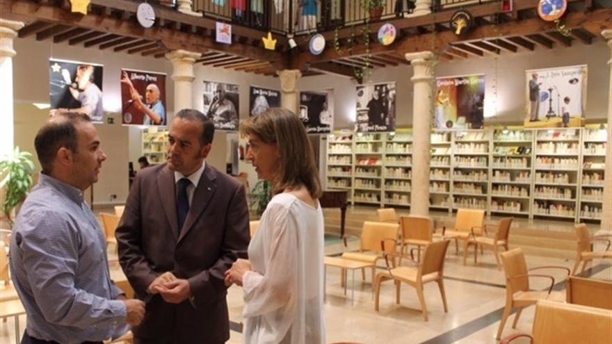 Gregorio (en el centro) ayer en su visita a Guadalajara