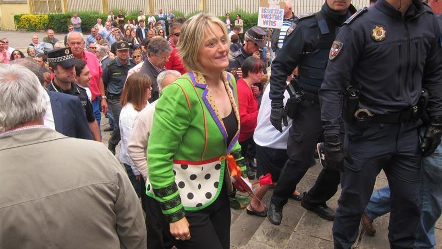 La socialista Esther Bolado escoltada por la policía