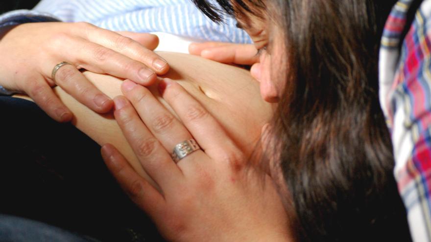 Una mujer que ha tenido una hija mediante reproducción asistida. / Fotografía: Fotodiezydiez