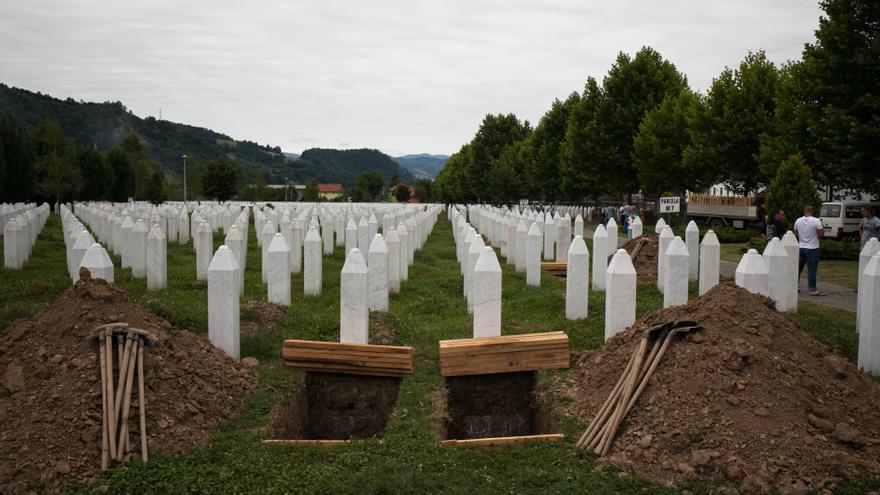 El Memorial de Srebrenica Potoçari fue el lugar elegido por el Gobierno bosnio  para recordar y enterrar a las víctimas de la masacre. Se inauguró en el año 2003,   cuando el Presidente estadounidense Bill Clinton, tras haber financiado la creación   de este memorial, se desplazó hasta el lugar para formar parte de su apertura.   Desde entonces, cada 11 de julio se han enterrado allí todas las víctimas identificadas, que este año ascienden a 6.377 con las 136 que forman parte del entierro/ Fotografía: César Dezfuli