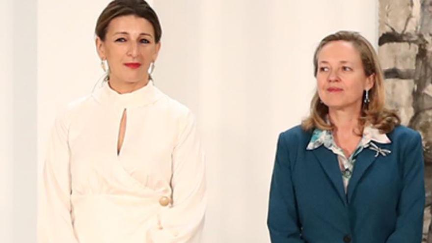 La ministra de Trabajo y Economía Social, Yolanda Díaz, junto a la vicepresidenta tercera y ministra de Asuntos Económicos y Transformación Digital, Nadia Calviño, durante la firma de la subida del SMI con patronal y sindicatos en enero de 2020.