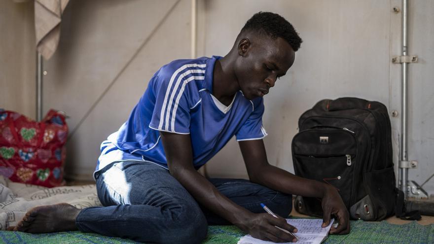 Ghali, menor no acompañado sudanés, estudia en la tienda en la que vive en el campo de refugiados de Agadez (Níger)