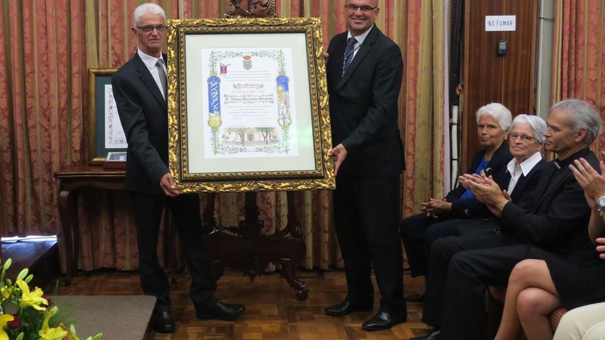 Entrega del título de Hijo Predilecto a Antonio Hernández.