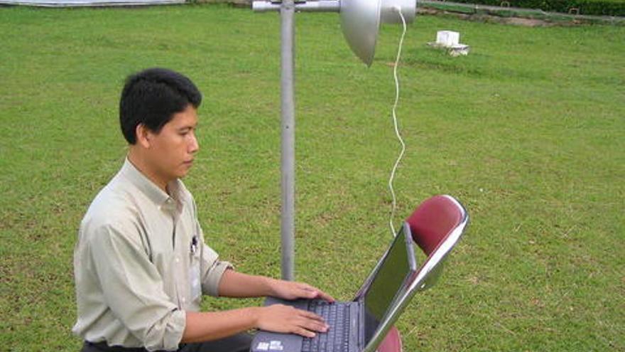 Pak Gunadi, usando una Wokbolic (Imagen: wiki de TelkomSpeedy)