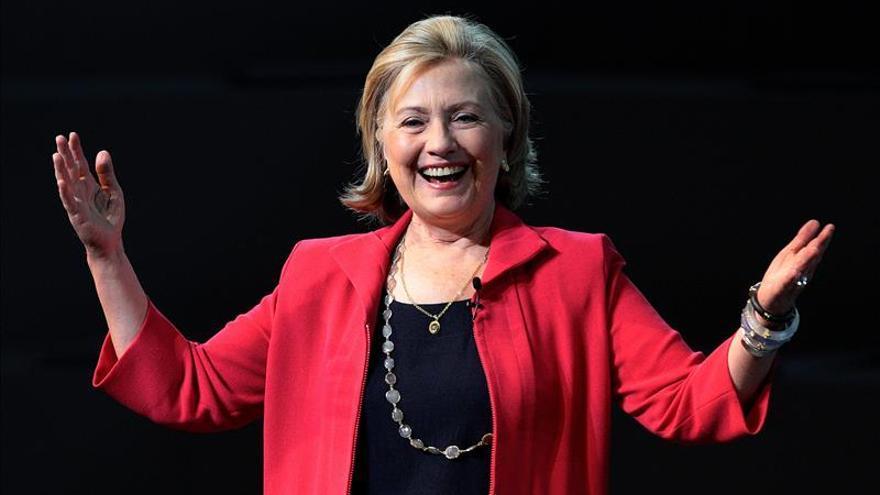 Clinton reaparece rodeada de mujeres a pocos meses de su posible campaña