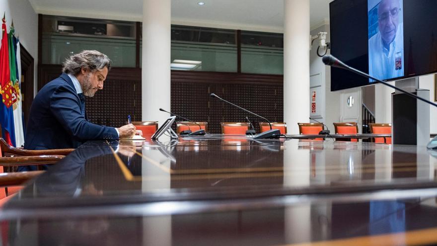 Reunión por videoconferencia entre el presidente del Parlamento de Canarias, Gustavo Matos, y el presidente de Cruz Roja en Canarias, Antonio Rico