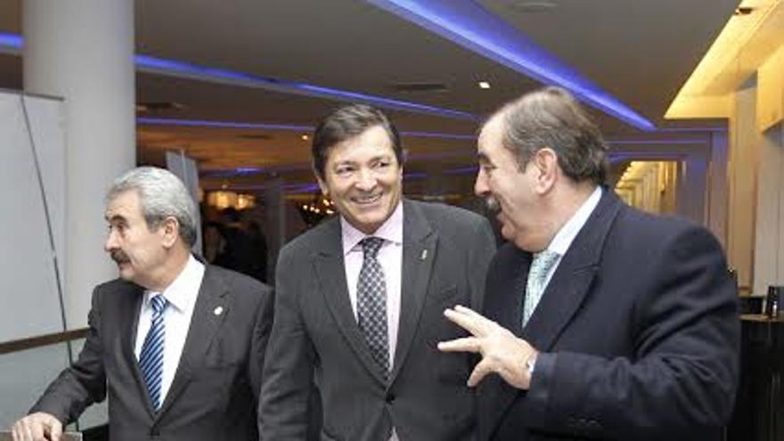Javier Fernández, presidente de Asturias, entre el consejero de Economía y el presidente de Femetal, César Figaredo
