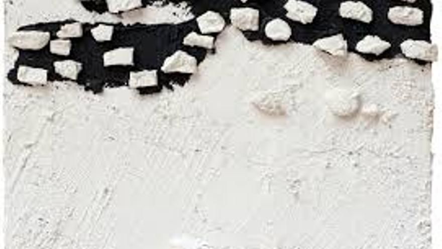 La obra de Alonso se encuandra dentro de las vanguardias del siglo XX. Sus lienzos utilizan, en blanco y negro o en color, integran diferentes materiales, desde piedras a tierra, carbón o madera.