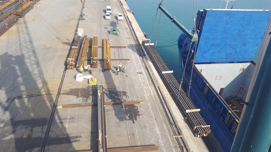 Operaciones de descarga en un puerto mercantil