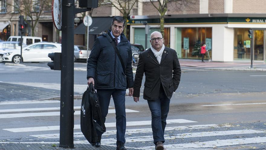 Alfredo de Miguel y Gonzalo Susaeta, su abogado, este viernes en Vitoria