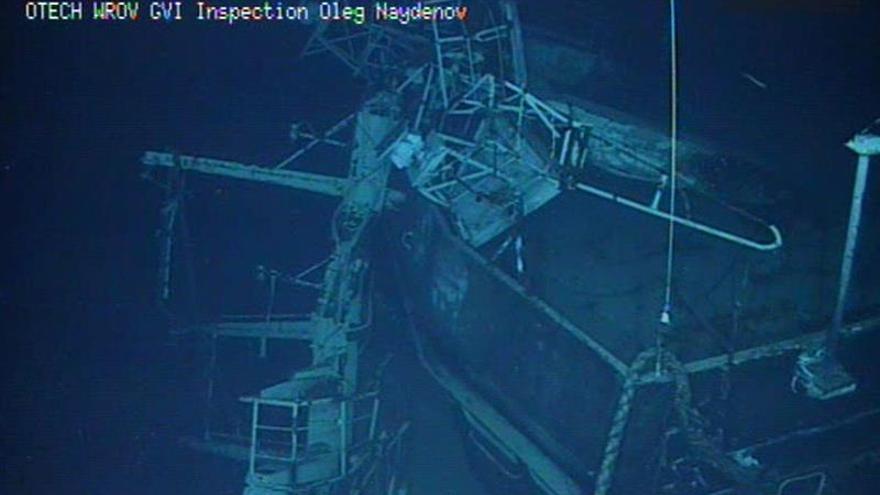 Imagen captada por el robot submarino (ROV) que está inspeccionando el pesquero ruso 'Oleg Naydenov', (EFE)
