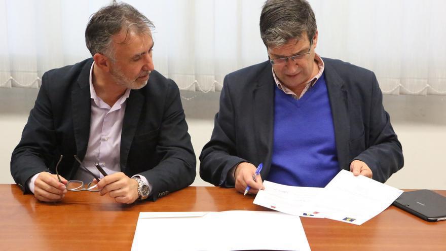 El consejero de Obras Públicas del Cabildo de Gran Canaria  y el concejal de Urbanismo del Ayuntamiento de Las Palmas de Gran Canaria en la la firma de adenda de la GC-111.(ALEJANDRO RAMOS)