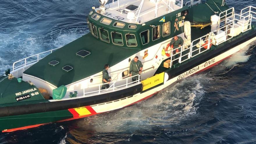 Barco de la Guardia Civil durante la localización de los fardos.