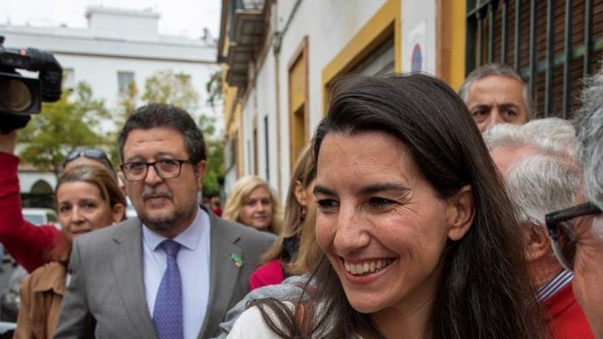 Monasterio, delante del presidente de Vox Andalucía, Francisco Serrano, el pasado 4 de noviembre en Sevilla